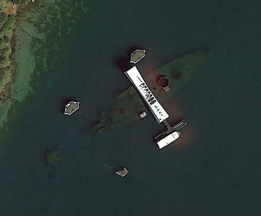 A USS Arizona csatahajó emlékhelye elsüllyedésének színhelyén, Pearl Harborban.
