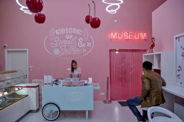 Az Édesség és Szelfi Múzeumban az ember először egy kis cukrászdába lép be, ami az intézmény látogatóinak cukorral való ellátásáról gondoskodik. Innen megyünk át fő attrakcióba a rózsaszínen világító MUSEUM felirat alatt, ami mögött ezen a ponton még simán szexkiállítás is lehet.
