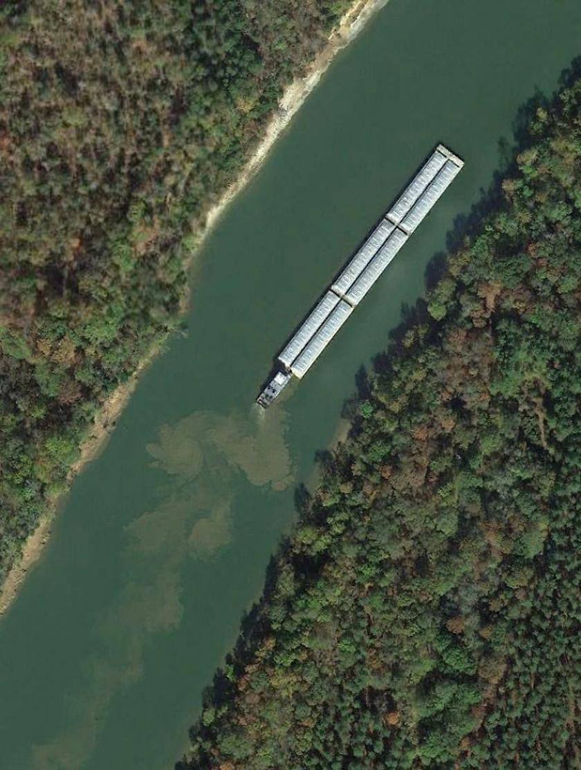 Vontatóhajó és uszály kavarja fel az alabamai Tombigbee-folyó medrének alját.