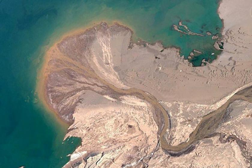 Egy névtelen folyó deltatorkolata a tibeti Ayyakum-tóban.
