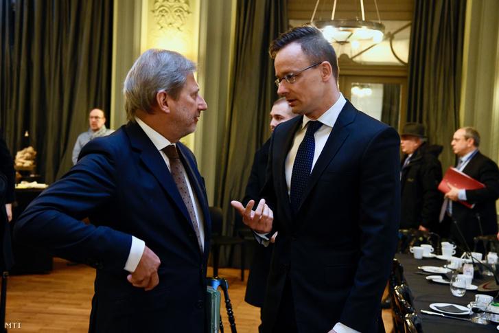 Szijjártó Péter külgazdasági és külügyminiszter (j) és Johannes Hahn, az EU bővítési biztosa az EU-tagországok külügyminisztereinek találkozója előtt tartott dán-ukrán szervezésű külügyminiszteri informális munkareggelin Brüsszelben 2019. február 18-án.