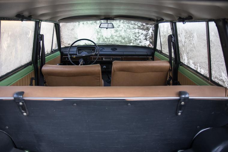 Furcsán tágas a beltér, hiszen nem dőlnek annyira az oldalablakok, mint a modern autókon