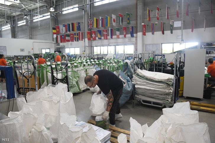 Küldeményeket pakolnak a Magyar Posta Nemzetközi Postakicserélő Központjában, a Liszt Ferenc Nemzetközi Repülőtéren.