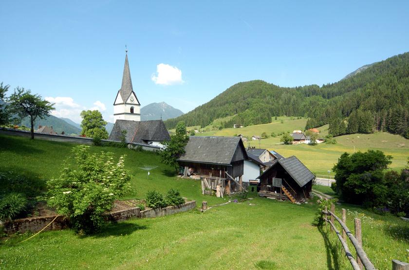 Zell a déli részen, a szlovén határ közelében fekszik. A hét kis településrészből álló, hatszáz lakosú falut fekvése, apró plébániatemplomai és alpesi legelői is festőivé teszik.