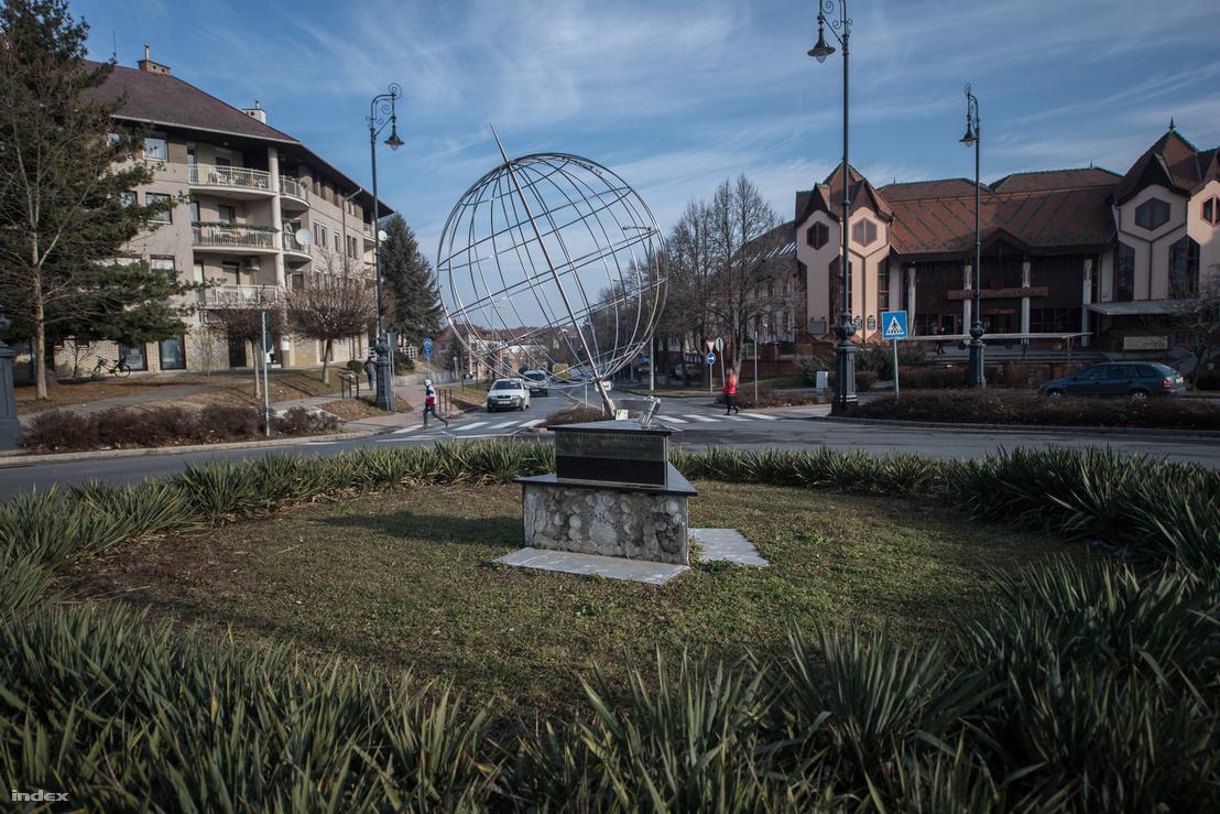 A 17. keleti hosszúsági kör emlékműve mellett azok nem járólapok, hanem a talapzat leesett burkolata