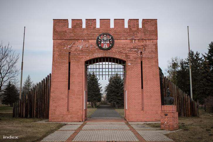 A lerombolt nagykanizsai vár helyét jelölő kapuemlékmű