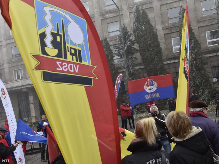 A Vasas Szakszervezeti Szövetség a középtávú bérmegállapodás végrehajtásáért tartott demonstrációja a dunaújvárosi gyár előtt 2017. február 15-én.