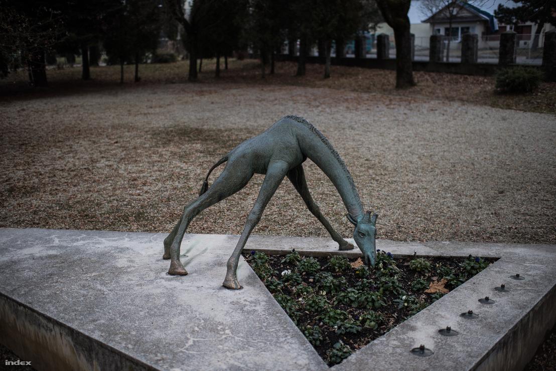 Ma már csak legel az Ivó zsiráf szobra, de így is nagyon kedves