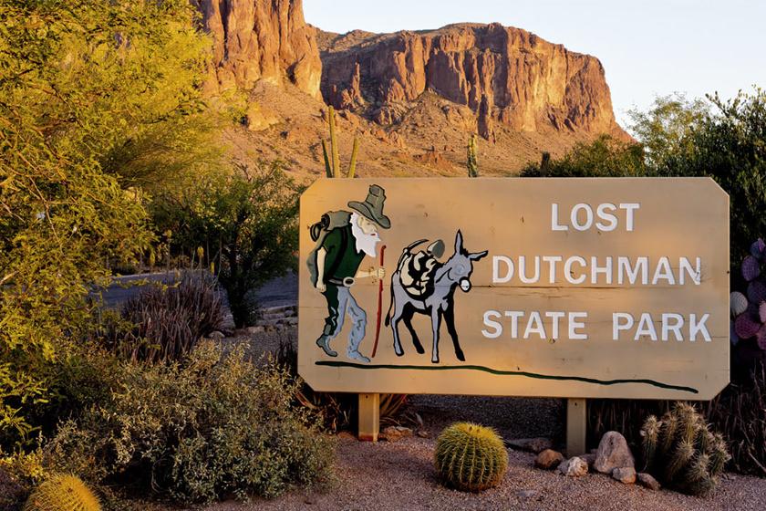 Az Elveszett holland bányájának legendája szerint egy valójában német bevándorló, Jacob Waltz felfedezett a hegységben egy aranybányát, hollétét azonban csak a halálos ágyán fedte fel.