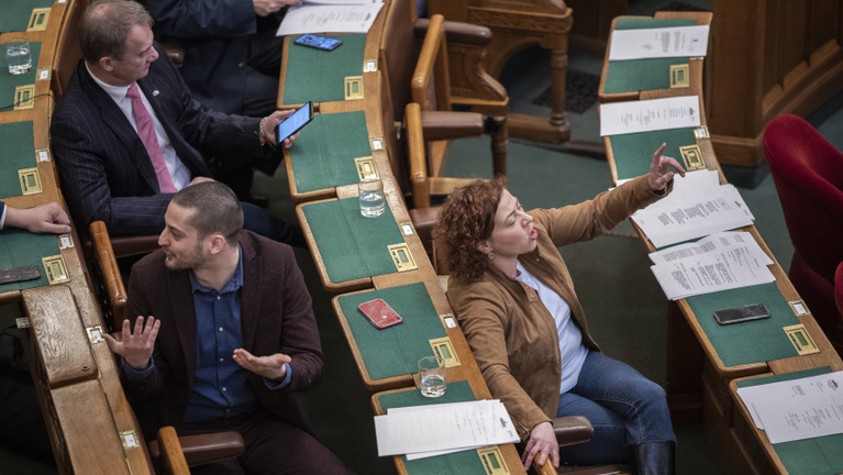 Az ellenzék visszatért a parlamentbe rabszolgatörvényezni