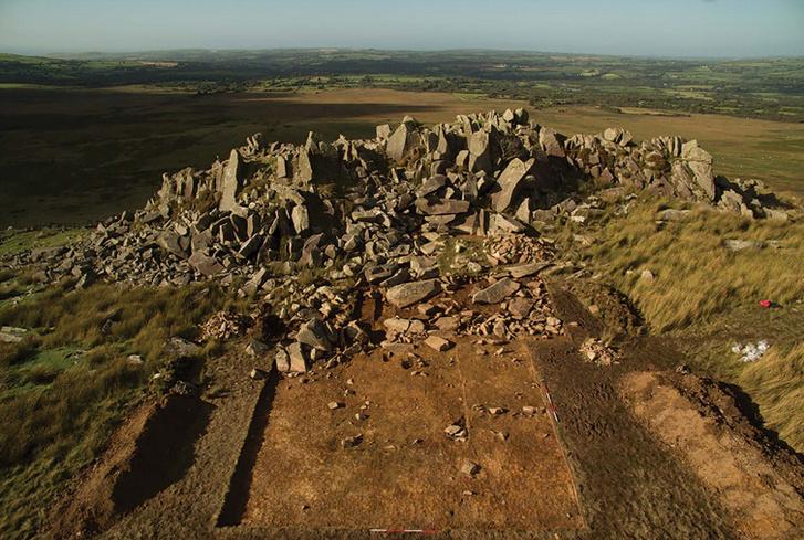 A Carn Goedog sziklaformációban folytatott ásatás 1-es árka