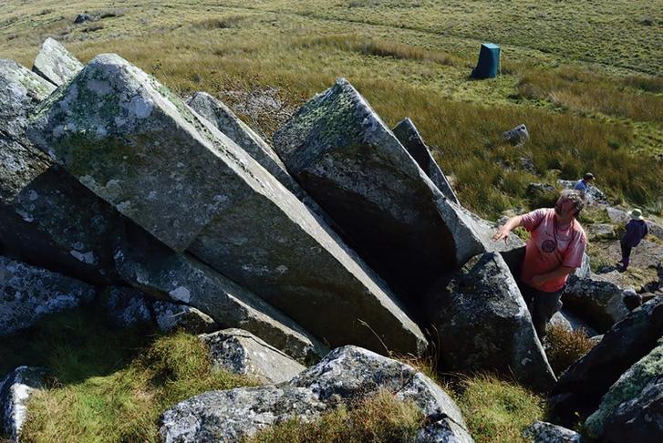 Az ásatáson talált, természetes módon is egyenesen hasadó kőtömbök