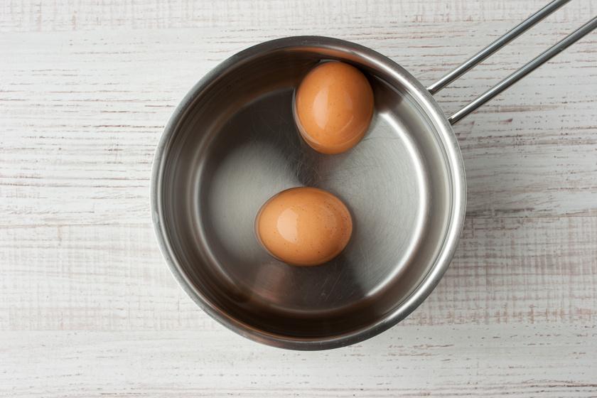 Amelyik tojás fennmarad a hideg víz felszínén, jobb, ha nem lesz egy sütemény vagy étel alapanyaga sem. Az öregedés folyamán ugyanis a tojáshéj megváltozik, aminek következményeképp egy légréteg alakul ki alatta, ez pedig megtartja a folyadékon. Biztosra akkor mehetsz, ha feltöröd: a kellemetlen záptojásszag mindent elárul.