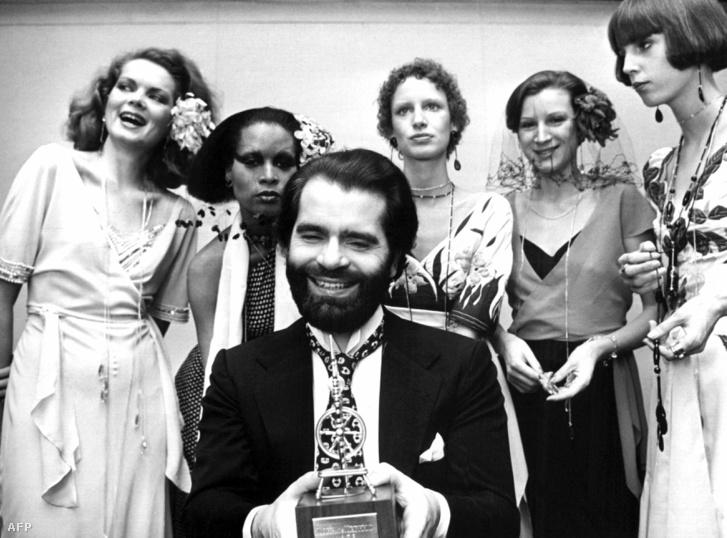 Lagerfeld 1973. november 29-én, egy újabb díjjal a nyugat-németországi Krefeldben