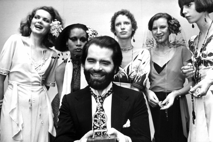 Karl Lagerfeld külseje leginkább ősz hajjal és napszemüvegben égett bele az emberekbe, ám régen máshogy nézett ki. Ez a kép 1973 novemberében készült róla modelljei társaságában.