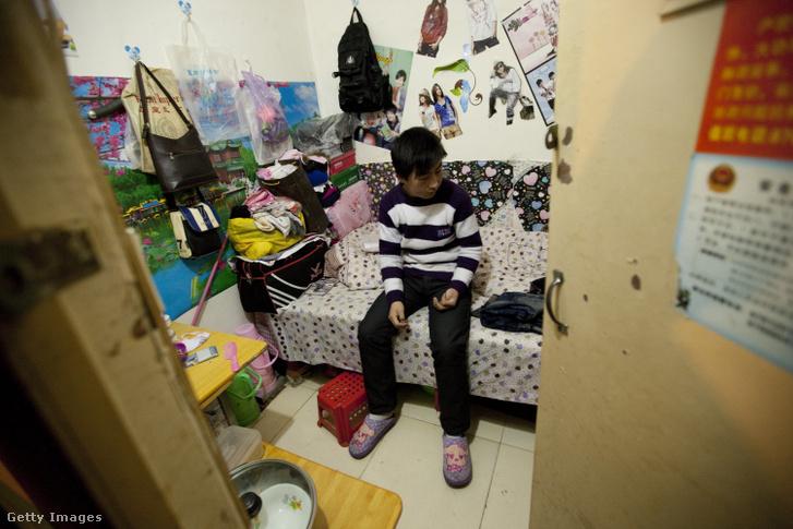 Kínai férfi ül a pekingi atombunkerben kialakított szobájában 2011. február 11-én