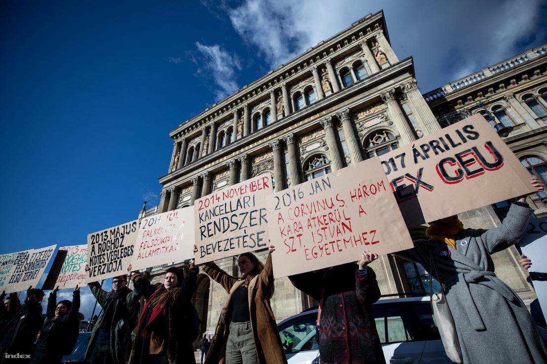 2019. február 12-én élőlánccal tiltakoztak az Akadémia szétverése ellen
