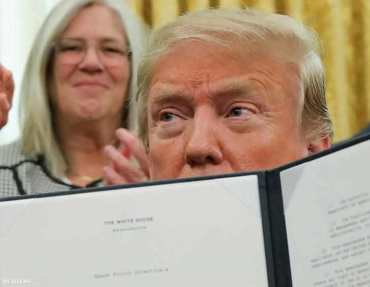 """Donald Trump mutatja az aláírt """"Space Policy Directive 4"""" iratot, ami az űrhaderő felállításáról szól 2019. február 19-én, Washingtonban"""