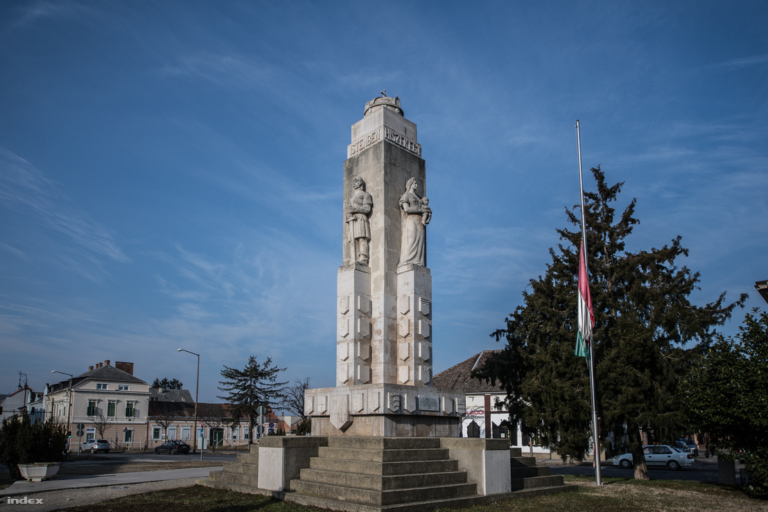 A kisvárosias környezetben még hatalmasabbnak tűnik a nagykanizsai Trianon-emlékmű
