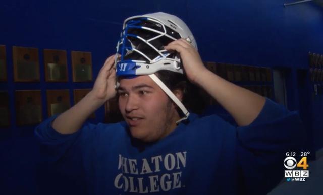 Nem játszhat meccset a lacrosse-os, mert túl nagy a feje
