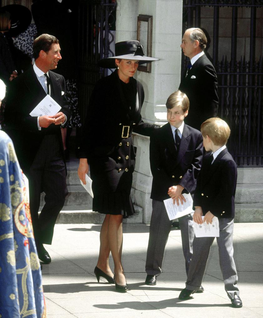 1990-ben és 1992-ben is viselte ezt az igazán elegáns Chanel-ruhát.