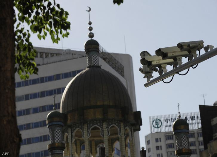Biztonsági kamerák egy ujgurok által látogatott mecset mellett Urimqiban