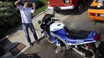 Motorkerékpár mosása nagynyomásúval