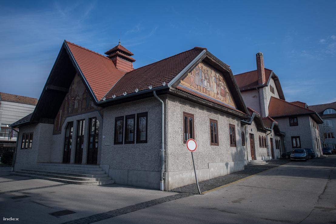 A Nagykanizsai Színház ügyesen tagolt épülete oldalhomlokzata olyan mint egy falusi utcarészlet