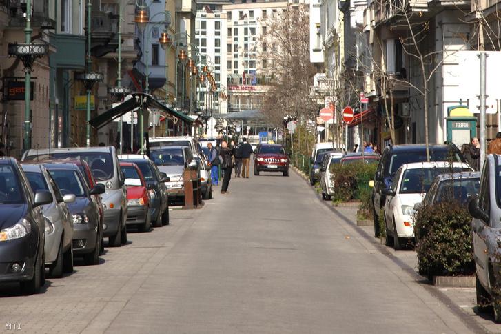 Parkoló autók a Ráday utcában