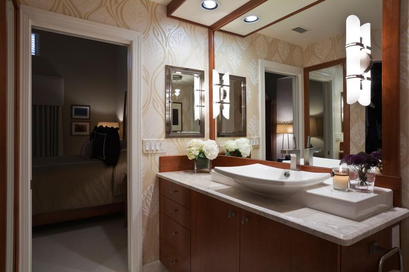 Ezzel az elegáns, mintás tapétával olyan lett a fürdő, mintha egy szobába lépnél.