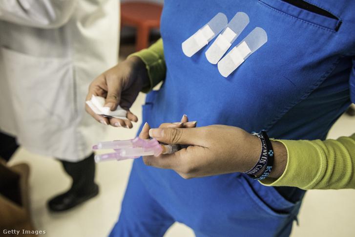 HPV védőoltást tart a kezében egy nővér Texasban 2016. május 26-án