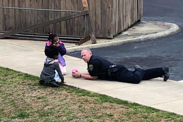 Fleming rendőr és a gyerekek játszanak az utcán