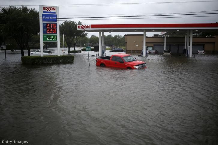 Az Exxon Mobil egyik, a heves esők és áradások következtében elárasztott benzinkútja Texasban 2017. augusztus 29-én