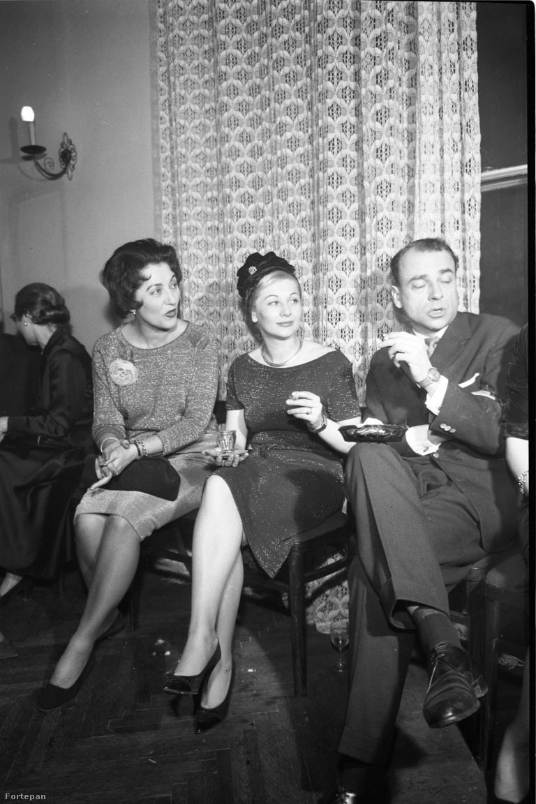 Lukács Margit, Gombos Katalin (Sinkovits Imre színésznő felesége) és szerencsés partnerük; balra háttal Péchy Blanka. Lukács Margit örökös színésznői féltékenység tárgya volt fenséges, királynői tragika megjelenése és szerepköre miatt. Kiváló színésznő volt, aki azonban magánéletét és a gyermekvállalást is feláldozta a pályája miatt. Major Tamásnak köszönhetően egy időre el kellett mennie a Nemzeti Színházból, mert nem akart belépni a pártba – ekkorra már újra ott volt a helyén.