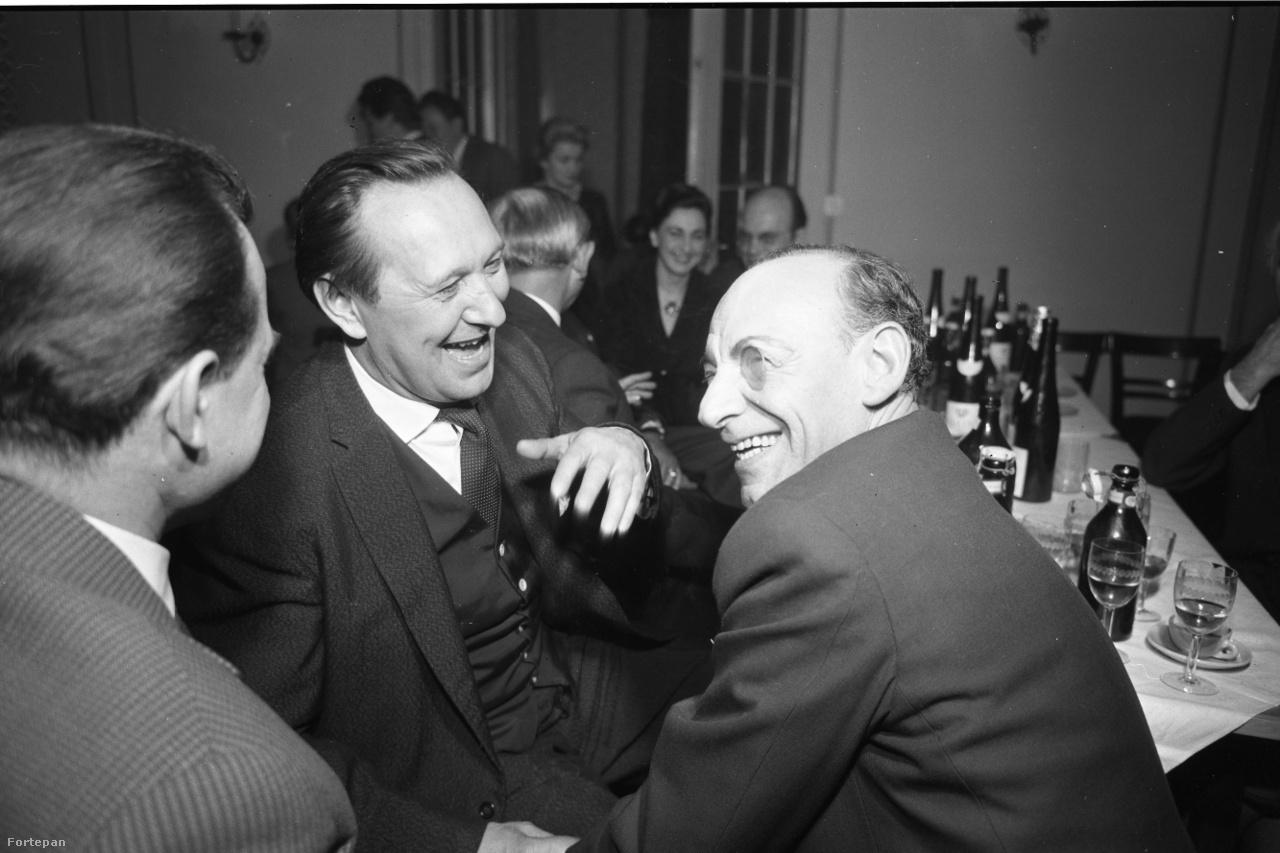 Színészdinasztia operettbohóca és egy borral, bor nélkül jellegzetes orgánum: Monoklis Latabár Kálmán és nagymulatós Bessenyei Ferenc - a háttérben Kellér Dezső és Szakáts Miklós homálylik. Bessenyei '56 után – benne volt a színészek forradalmi bizottságában – két évig nem mehetett színpadra; végül Fábri Zoltán brusztolta ki, hogy kamera szerepelhessen a Dúvad című filmjében. A színészmércével is nagytermészetűnek ismert Bessenyei ezután egyre több szerepet kapott. A felvétel idején még együtt van második feleségével, Váradi Hédivel, őt majd a következő évben cseréli le a húszéves miskolci színésznő Lugossy Zsuzsára.