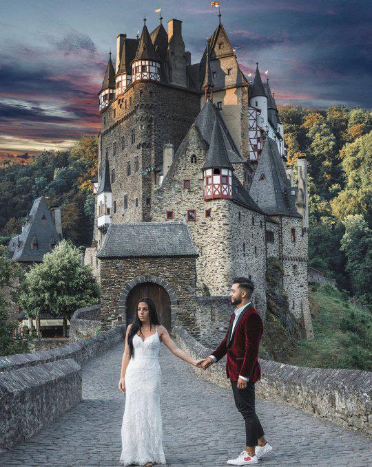 Zoe úgy gondolta, ha már ilyen sok pénzt költött menyasszonyi ruhájára, miért ne viselhetné többször? Ám nem ez volt a fő oka annak, hogy ennyi helyre elutaztak. A kép Németországban készült.