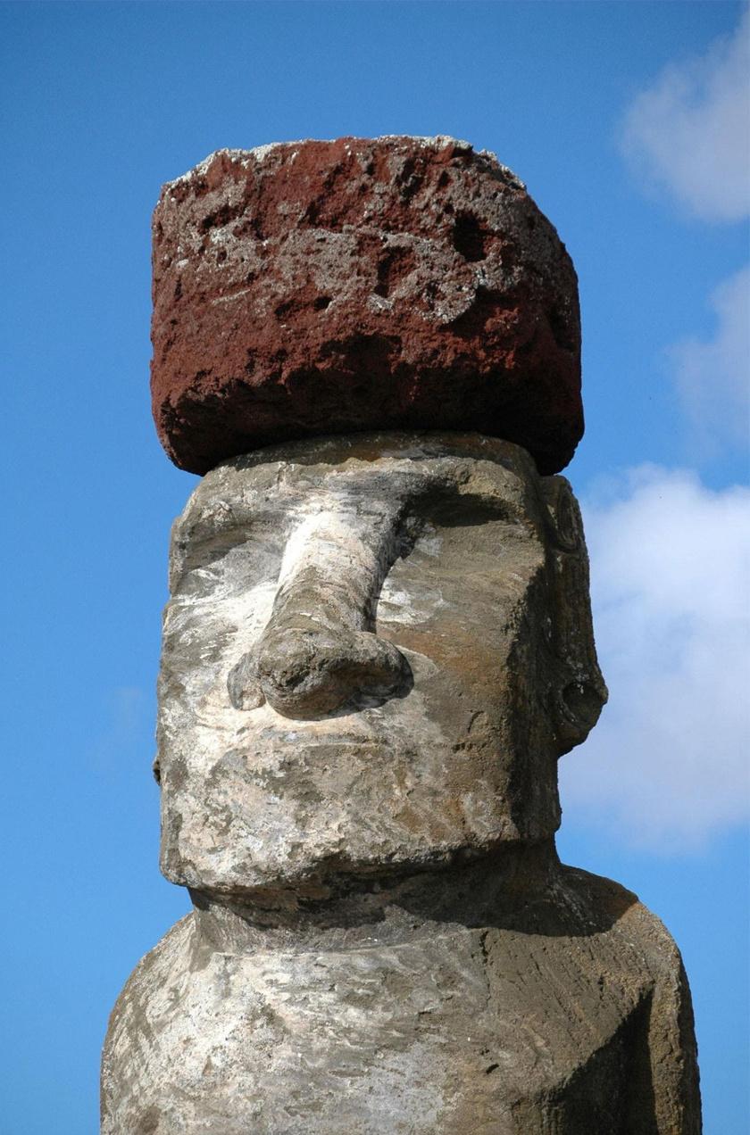 Több ezer év után napjaink kutatói felfedhették a feltételezések szerint a polinéz őslakosok emlékére állított kőfejek újabb titkát.