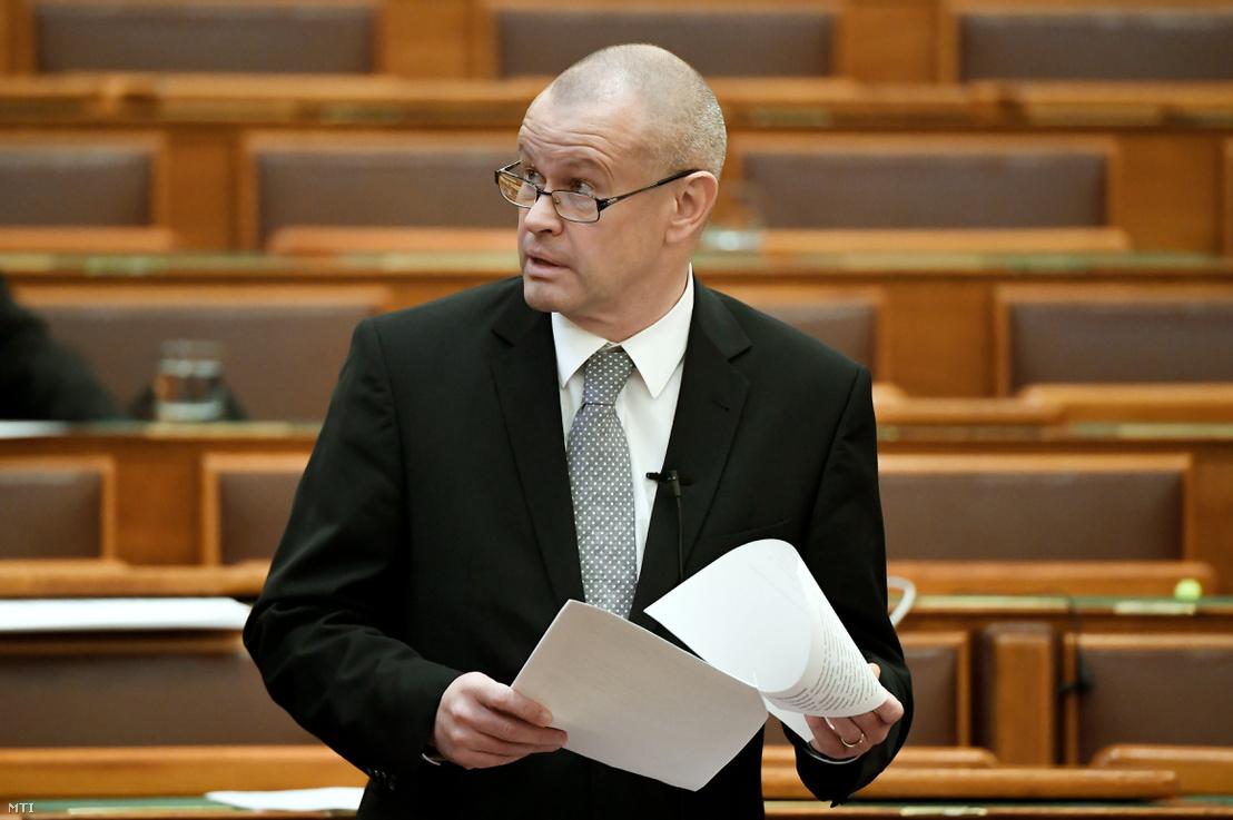 Gion Gábor, a Pénzügyminisztérium államtitkára felszólal a Nemzetközi Beruházási Bank és Magyarország Kormánya között a Nemzetközi Beruházási Bank Magyarországi Székhelyéről szóló Megállapodás kihirdetéséről tartott vitán az Országgyűlés plenáris ülésén 2019. február 20-án.