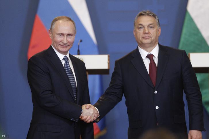 Orbán Viktor miniszterelnök (j) és Vlagyimir Putyin orosz elnök kezet fog a tárgyalásuk után tartott sajtótájékoztató végén a Parlament Vadásztermében 2017. február 2-án.