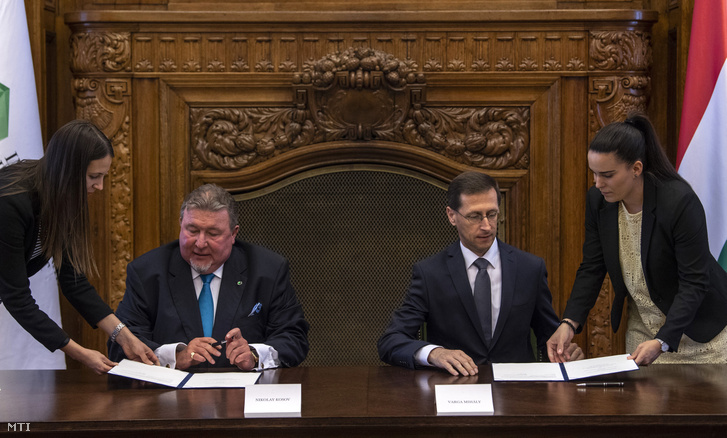 Varga Mihály Minister of Finances (r) and Nikola Kosov (l), the head of the International Investment Bank signing their intention to move the regional office of IIB to Hungary back on 18 June 2018.
