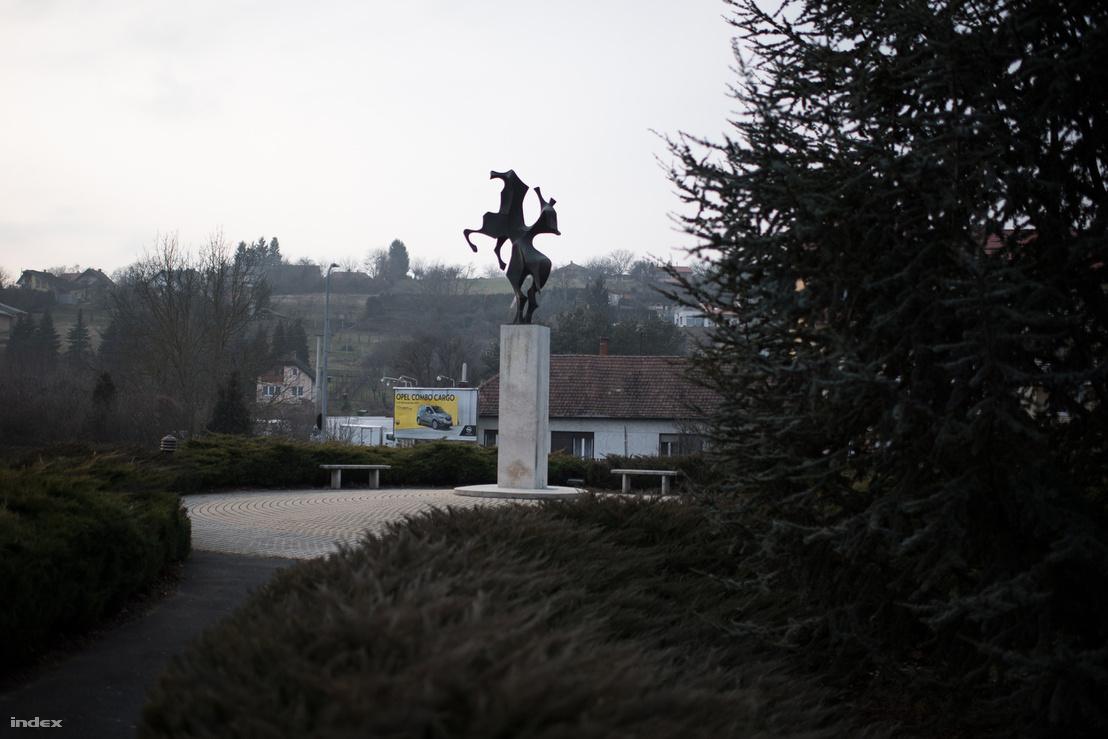 A zalaegerszegi Kertvárosi legenda egyik szögből nézve ló és lovasa, a másikból szárnyas Pegazus