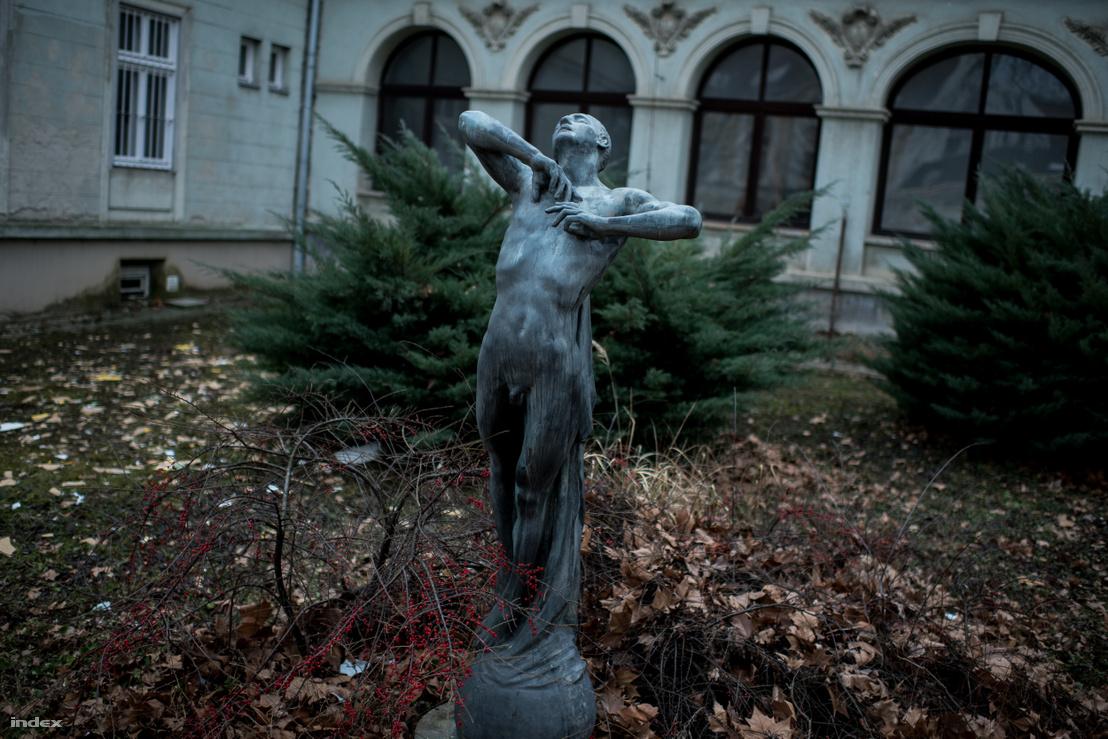 Kisfaludi Stróbl Zsigmond szobrának több változata is van országszerte