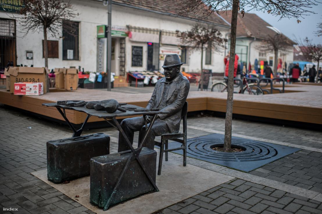 Ha sok az árus az egerszegi piacon, ennél is jobban beleolvad Szabó Gyula, kefekötő szobra a környezetébe