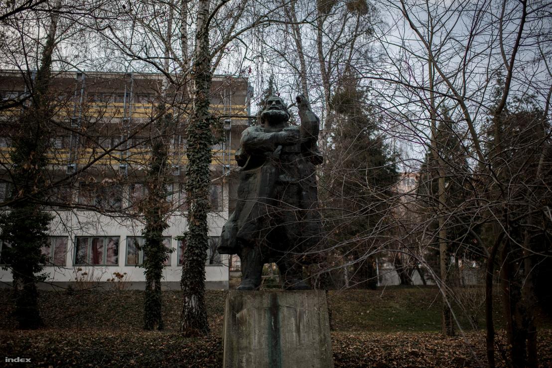 Marx szobra egykor diadalmasan uralta a domboldalt, ma szerényen meghúzódik a fák közt