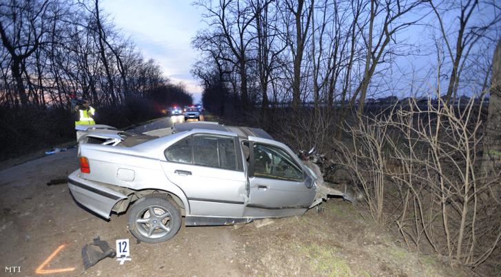 Összetört személygépkocsi miután fának ütközött a Pest megyei Zsámboknál 2019. február 20-án.