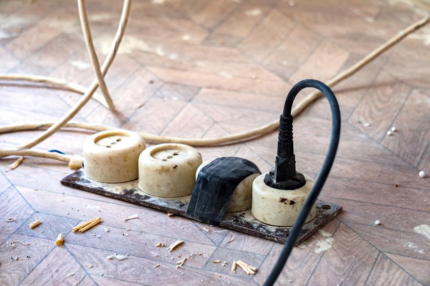 A legtöbb elektromos tüzet a sérült vagy rosszul kezelt vezetékek és hosszabbítók okozzák. Ezeket érdemes minél előbb kicserélni a lakásban.