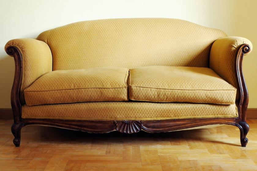 Lebontották a 200 éves kanapé támláját: hihetetlen érték rejtőzött mögötte