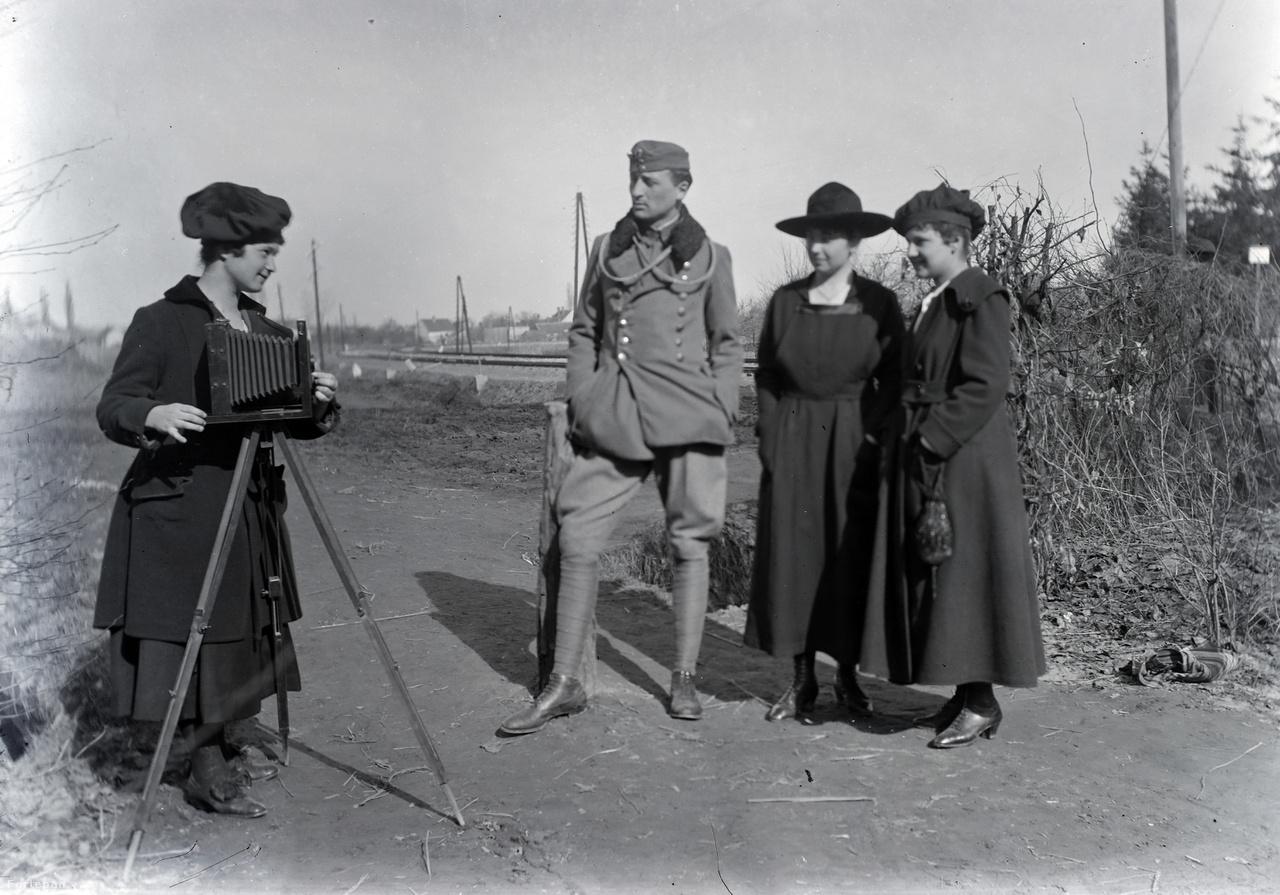 Schlemmer József baráti társasága az I. világháború idején, amikor az ideiglenes katonai szanatóriumban ápolták Badacsonyban.Schlemmer József 1914-ben kezdte meg katonai szolgálatát, 1915-ben tüdőbaja miatt került a katonai szanatóriummá alakított badacsonyi Hableány szállóba.