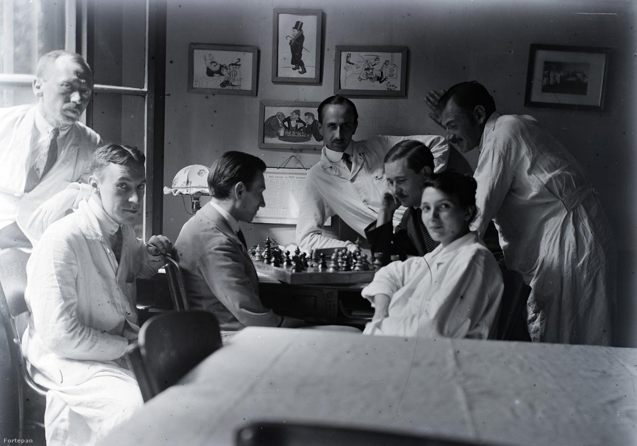 Dr. Schlemmer József orvos munkatársai a pesti klinikán, ahol az egyetem befejezését követően pályáját kezdte, 1920 körül.