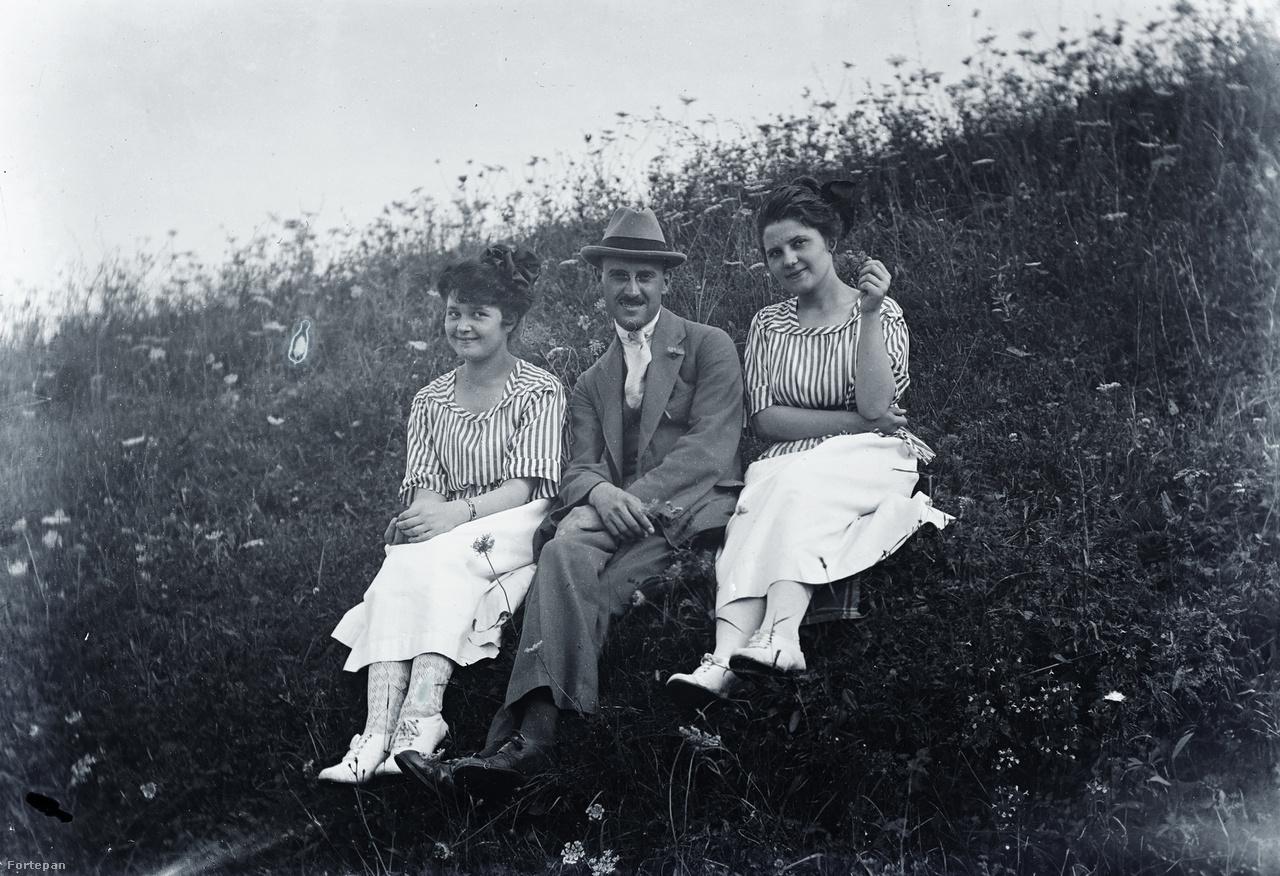 Dr. Schlemmer József kezdő orvosként ifjú hölgyekkel, udvarlásának tárgyaival, 1920 körül.